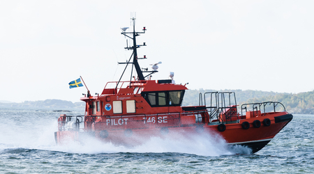 se: Gothenburg, Sweden - August 29, 2015: Swedish pilot boat, Pilot 746 SE on the way to the ship, MT TARNBRIS in the port of Gothenburg Editorial