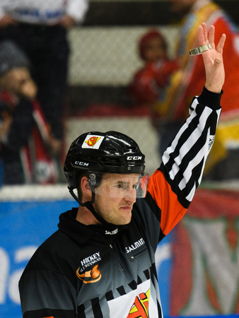 Hockey referee hold up his arm in the Ice hockey match in hockeyallsvenskan between SSK and MODO in the sports complex Scaniarinken 에디토리얼