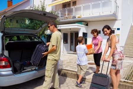 Het gezin verhuist naar een nieuw huis