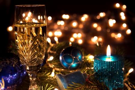 Glasses of champagne and candles: Champagne, đồ trang trí và nến là một năm mới trang trí, chụp ảnh Kho ảnh