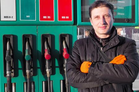gasolinera: Trabajador de la estación de gasolina; Impresión positiva del trabajador de la gasolinera, la fotografía Foto de archivo