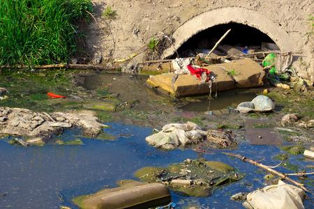 residuos toxicos: Río que está contaminado con basura distintos y basura, ríos contaminados, la fotografía