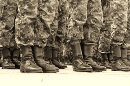 batallón: Soldados en una fila; Las líneas de comandos soldados con uniformes de camuflaje