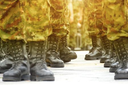 Wojskowe buty wojskowe; Linie żołnierzy dowodzenia w mundurach kamuflażu Zdjęcie Seryjne