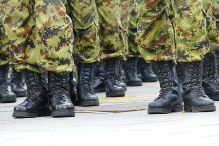 batallón: Comandos en una fila; Las líneas de comandos soldados con uniformes de camuflaje
