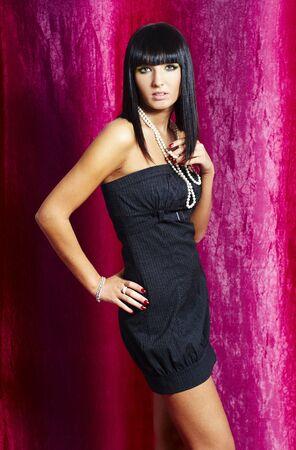elegante wijze vrouw roze en paarse achtergrond  Stockfoto