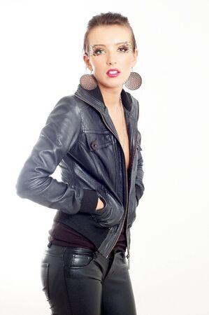ragazza di moda punk rock in abiti in pelle nera