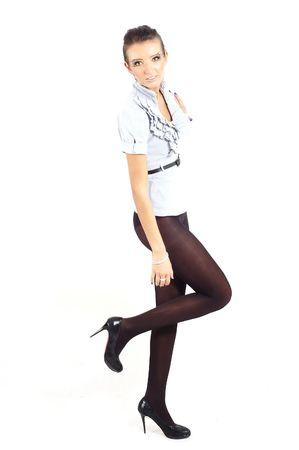 nette Mode-Mädchen, die sich in einem Studio ausgibt