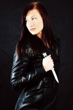 Vrouw in zwart-wit met een mes
