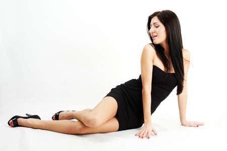 mooie brunette vrouw zittend op de vloer  Stockfoto