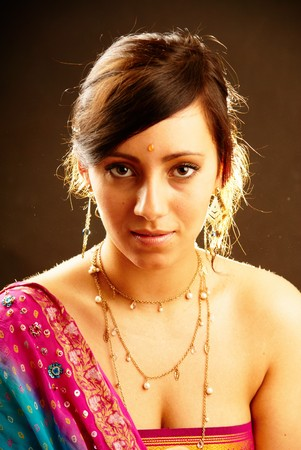 bollywood: Mooie Indiase brunette vrouw portret met traditionele kostuum