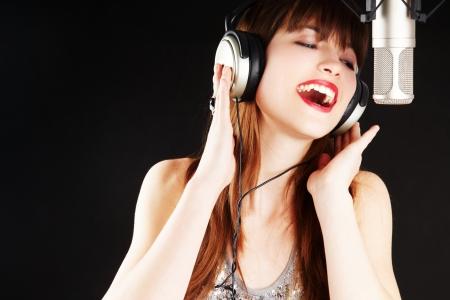 expressieve vrouw zingen om de microfoon