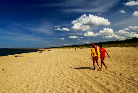 ライフガードの海辺を歩く