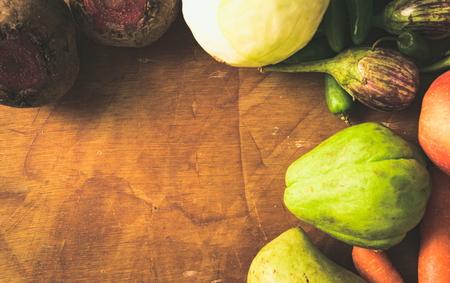 Frutas e vegetais recentemente colhidos de um mercado de agricultores nas proximidades. Foto de archivo - 81993278