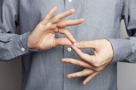 Hombre mostrando intérprete de palabras, vista de cerca. Lenguaje de signos americano