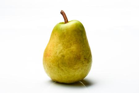 pera: Hermosa pera aislada en el fondo blanco