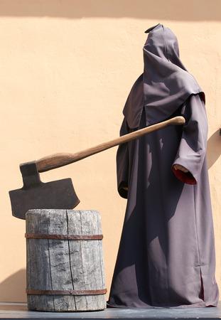 ahorcado: El verdugo encapuchado con un hacha en el Calvario