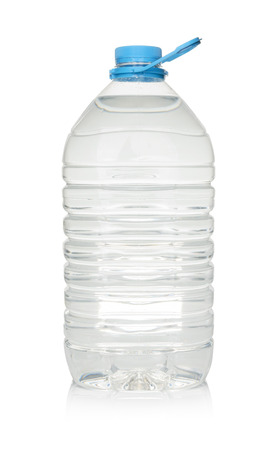 agua purificada: Botella de pl�stico de agua potable aislado en blanco