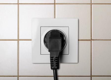 Schwarze Kabel Eingesteckt In Einem Weißen Steckdose Lizenzfreie ...