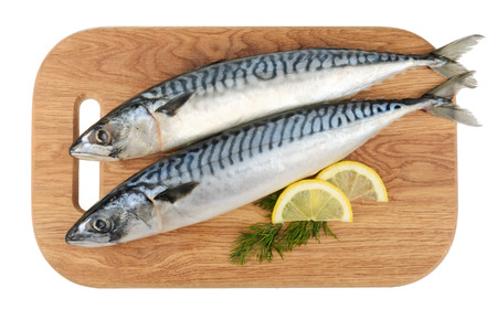 pescado caballa en plato de madera aislada Foto de archivo