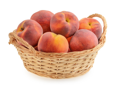 peaches in basket isolated Stockfoto