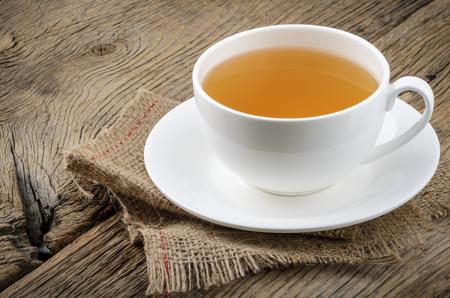tazza di te: Tazza di tè su fondo in legno