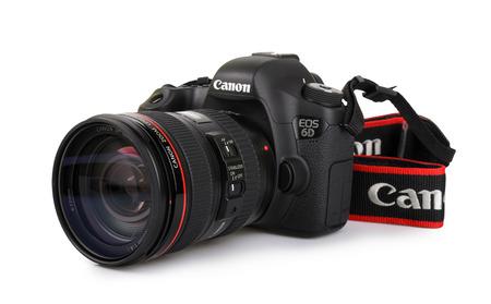 Kiev, Oekraïne - 30 maart 2015:. Canon 6D camera met 24-105mm f4.0L IS USM lens op een witte achtergrond Redactioneel