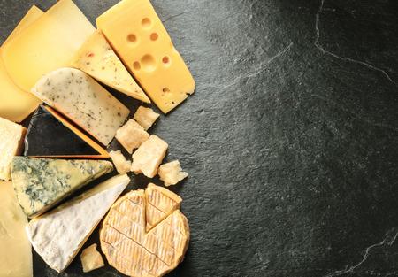 Diverse soorten kaas met lege ruimte achtergrond Stockfoto