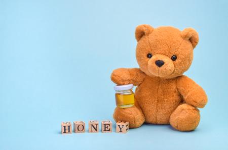 Teddy bear holding honey pot Reklamní fotografie