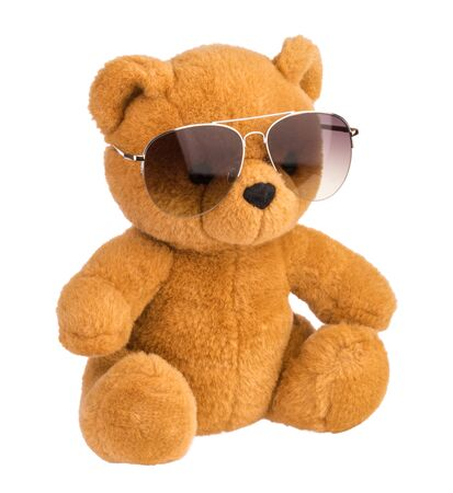 ours en peluche portant des lunettes de soleil isolé Banque d'images
