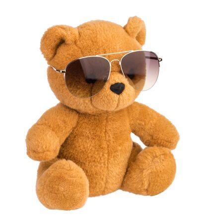 zabawkowy miś w okularach przeciwsłonecznych na białym tle ścieżka przycinająca Zdjęcie Seryjne