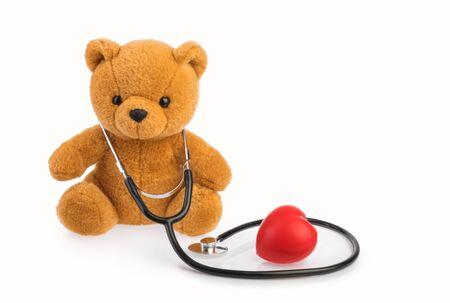 Oso de juguete y estetoscopio. concepto médico de pediatría blanco aislado