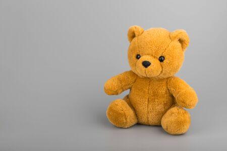 Teddybeer op grijze achtergrond copyspace Stockfoto