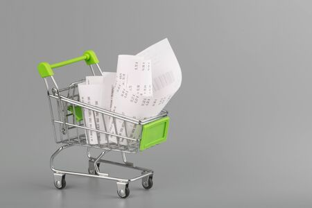 Shopping cart with receipt , concept for grocery expenses and consumerism Stockfoto