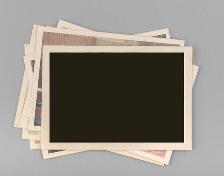 Pila de fotos antiguas en blanco
