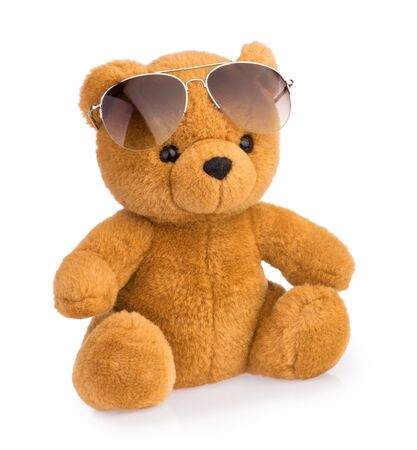 speelgoed teddybeer dragen van een zonnebril geïsoleerd Stockfoto