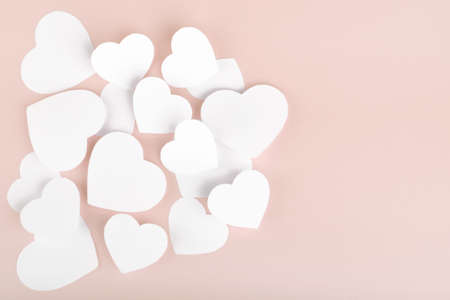 Paper hearts on pink background Banque d'images - 154302098
