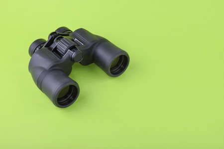 Binoculars on green background Banque d'images
