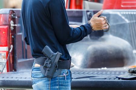 Lleva un arma policial, arma, lleva.