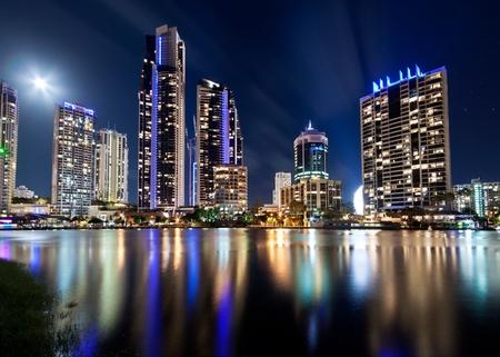 australijski nowoczesne miasto w queensland nocy (gold coast)