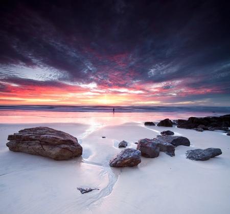 australie landschap: Australische zeegezicht in de vroege ochtend met stenen op de voorgrond (Miami Beach, Queensland, Australië)
