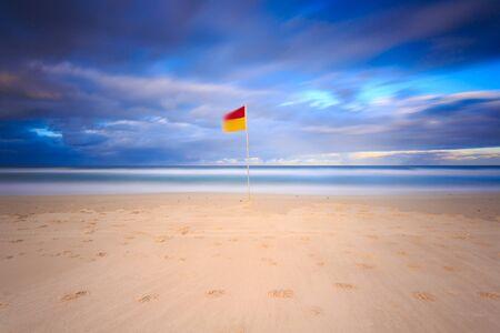 australie landschap: Australische zeegezicht met karakteristieke surf redder in nood vlag (Gold Coast, Queensland, Australië)