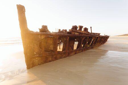 グレートサンディ国立公園の遠隔オーストラリアのビーチの日の出 - フレイザー島、マヘノレック、QLD、オーストラリア