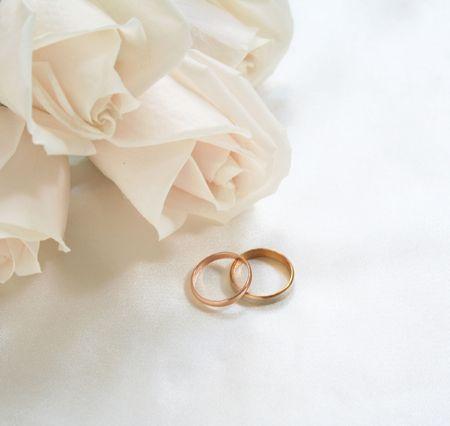 結婚指輪とバラの背景として使用することができます。 写真素材