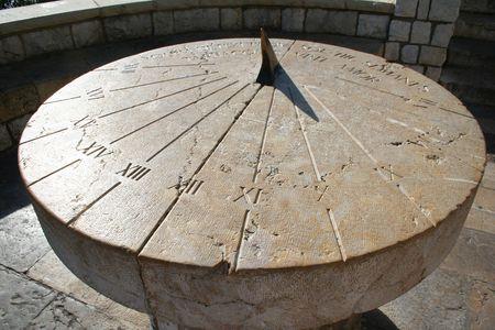 reloj de sol: Espa�a. Tarragona. Antiguo reloj de sol en una plataforma de piedra