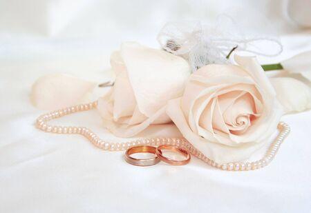 結婚指輪や結婚式の背景としてバラ
