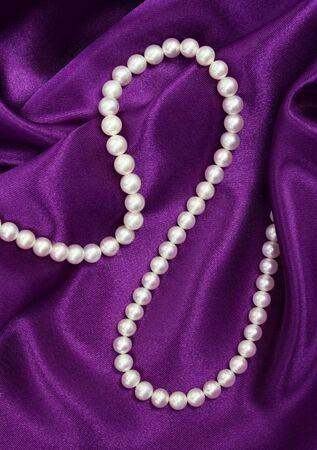 背景としてライラック絹に真珠の白