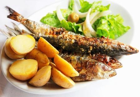 Portugal Sardine Fisch vom Grill serviert mit Kartoffeln und grünen Salat