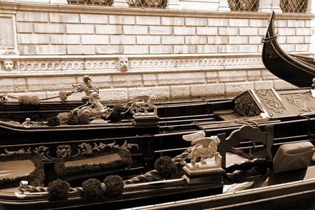 leon con alas: Italia. Venecia. Los detalles de las g�ndolas venecianas t�picas. El le�n alado y el caballo de oro en una g�ndola veneciana. En tonos sepia. Estilo retro