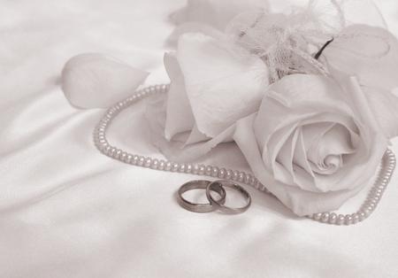 anillos de matrimonio: anillos de boda y rosas se puede utilizar como fondo de boda. En tonos sepia. Estilo retro